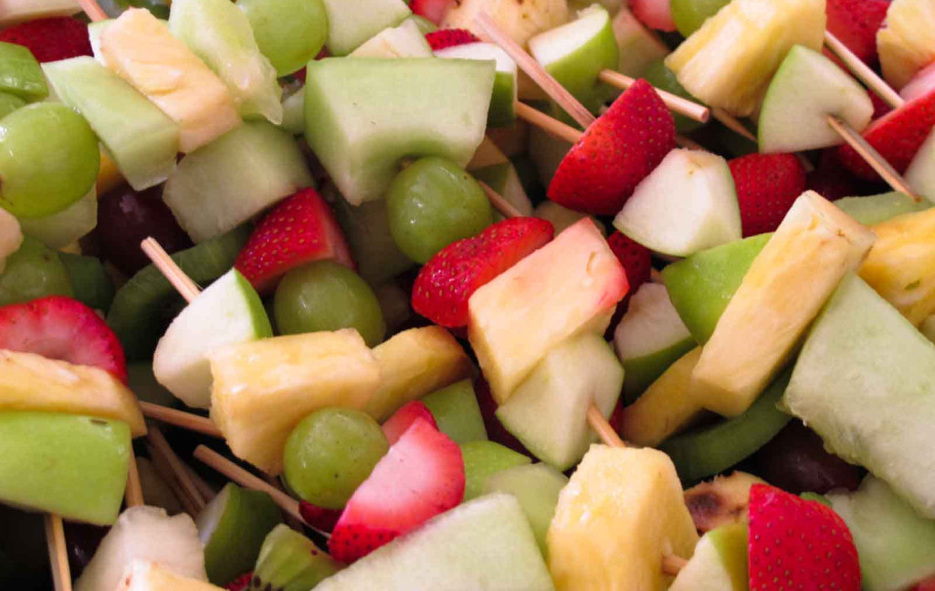 toddler-activities-fruit-skewer