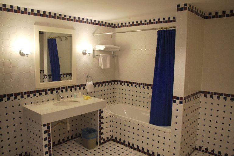 colmar tropicale review - bathroom